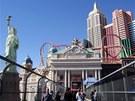 Strip, průchozí pasáž k hotelu New York-New York, vlevo Socha svobody