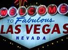 Slavná uvítací cedule do Las Vegas je jednou z hlavních atrakcí. Kdo se u ní nevyfotí, jakoby ve Vegas nikdy nebyl... Hotely a různé agentury dokonce nabízejí jízdu k ceduli v limuzíně.