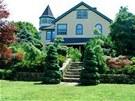 Dům je z přední strany zdánlivě nenápadný a působí milým až okouzlujícím...