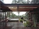 Částečně zastřešená spojovací terasa mezi novou a starou částí domu