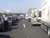 Po nehodě se vytvořila na dálnici dlouhá kolona.