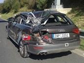 Náklaďák smetl osobní vůz audi.