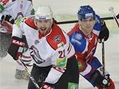 ČESKÝ SOUBOJ. Lukáš Kašpar z Doněcku (vlevo) a Ondřej Němec z HC Lev Praha.
