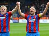 HEJA! František Rajtoral (vlevo) a Pavel Horváth děkují fanouškům po výhře nad