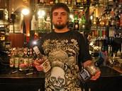 Barman Vorek Szymon z polského Těšína zve české návštěvníky.