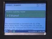 P��stroj hasi�� dok�e odhalit lihovinu z etanolu a nebezpe�n�ho metanolu.