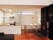 Kuchyňská zóna a obývací zóna jsou propojeny kontrastním, černým, vloženým