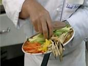 Šéf si přichystal na proužky pokrájenou čerstvou zeleninu a přidal ji na...