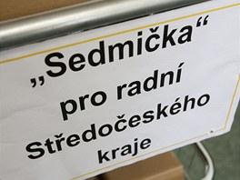 L�hve s v�nem p�ivezli z�stupci ODS na voz�ku.