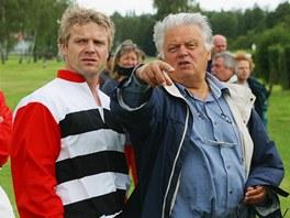 Režisér Hynek Bočan při natáčení filmu Zdivočelá země.