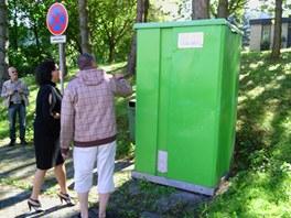 Jana Bobošíková si prohlíží nabouranou mobilní toaletu.