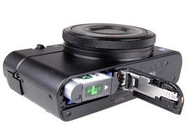 Sony RX-100: prostor pro Li-Ion akumul�tor s kapacitou 1240 mAh a pam�ovou