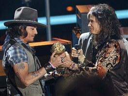 Zpěvák skupiny Aerosmith Steven Tyler předává  cenu Johnnymu Deppovi.