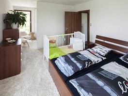 Světlý koberec s vysokým vlasem si do ložnice přála majitelka.