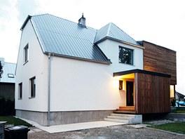 Koncept řešení interiéru a exteriéru vychází ze dvou hmot, původní stavby a