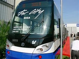 Nejdelší čtyřčlánková tramvaj Škoda ForCity Riga. Je plně klimatizovaná.