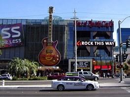 Procházka po Stripu, všude se něco děje a vynalézavé reklamy potkáte na každém kroku. Co by bylo Hard Rock Cafe bez obří kytary?