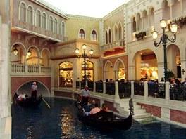 Hotel Venetian, iluze, že jste přímo v Benátkách, je dokonalá. Po říčce plují gondoly a gondoliéři zpívají.