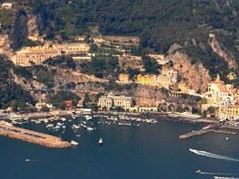Městečko Amalfi – skalami nad ním se spojenci v září 1943 dostali do týla