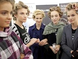 """""""Jste nervózní?"""" """"Ani ne, jen v šatech od Vivienne Westwoodové nemohu dýchat."""""""
