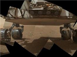 První záběr na podvozek Curiosity na Marsu z 9. září. Nahoře je čtveřice kamer,
