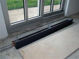 Hluboký podlahový konvektor v obývacím pokoji