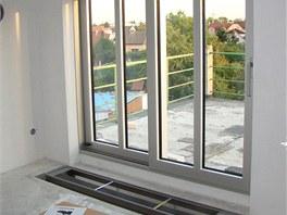 Mělký podlahový konvektor v pokoji v druhém patře
