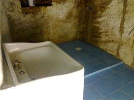 Koupelna je v pískovcové skále. Na snímku v průběhu rekonstrukce