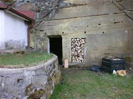 Dům je zadní stěnou doslova přilepený ke skále.