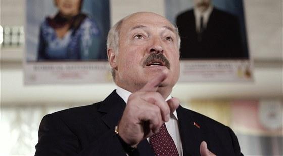 Běloruský prezident Alexandr Lukašenko hovoří během parlamentních voleb s