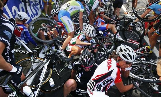 KARAMBOL. Silniční závod žen na cyklistickém mistrovství světa v Nizozemsku poznamenal hromadný pád, do kterého se přimotala i rychlobruslařka Martina Sáblíková.