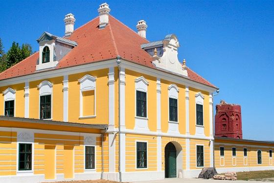 Dvorní trakt zámku Eltz, který byl zbudován v18. století.