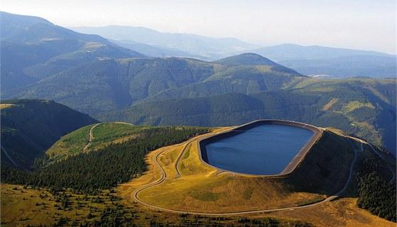 Horní nádrž přečerpávací vodní elektrárny Dlouhé Stráně na vrcholu stejnojmenné