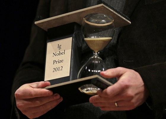 Ig Nobelova cena pro rok 2012. Tvoří ji jedno určité zrnko písku v hodinách,...