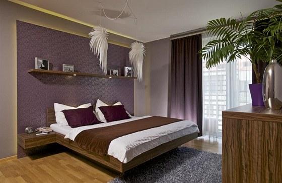 I v ložnici je díky fialové tapetě a zajímavým svítidlům značky Artecnica