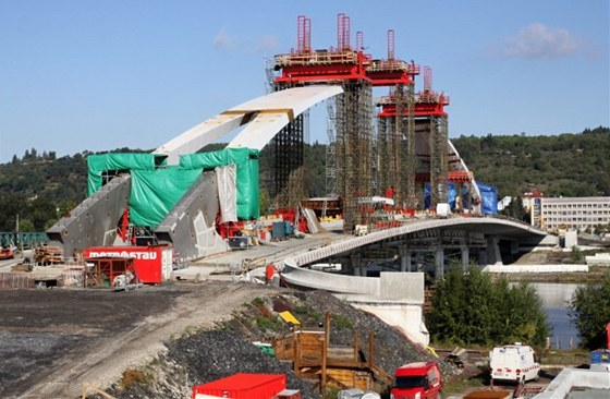 Rozpětí oblouku hlavního pole mostu je 196 m.