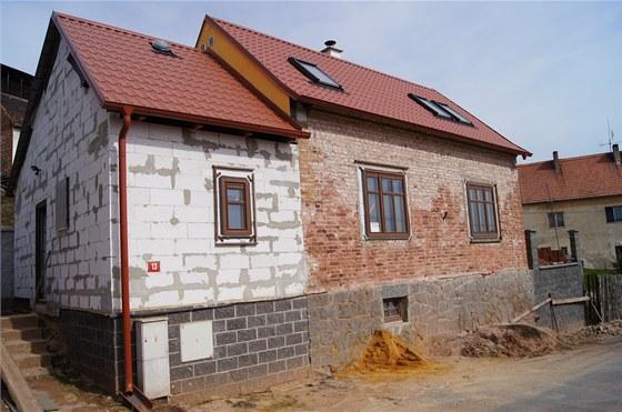 Současný vzhled domu. Rekonstrukce by měla i s koupí bytu vyjít na dva miliony...