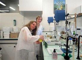 Laboratoř L´OCCITANE – výroba masážního oleje