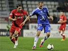 Michal Vepřek z Olomouce (vpravo) si kryje míč, napadá ho suverénně nejlepší