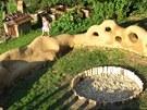 Místo pískoviště je uprostřed hřiště kameniště, u kterého nehrozí, že tam budou
