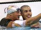Svým konkurentům v plaveckých drahách by mohl dělat tátu, jemu se ale daří