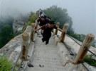 Výstup na horu Huashan není jako procházka na Sněžku. Odvážlivci, kteří se o