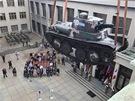 Tank LTP přistává ve dvoraně Armádního muzea na úpatí Vítkova.