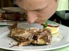 Mana�er restaurace se tv���, �e o�ich�v�n� z�ejm� ne zrovna v�bn� von�c� ryby...