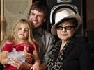 Yoko Ono s Gerou a Pjotrem Verzilovovými, dcerou a manželem jedné z uvězněných