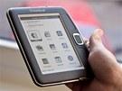 Čtečka PocketBook je lehoučká a vejde se do ruky i do kapsy