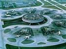 Kolem kruhového prstence hlavní budovy je dalších sedm satelitů.