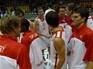 Nymburští basketbalisté slaví postup do semifinále kvalifikace o Euroligu. Vpravo v popředí Lukáš Palyza.