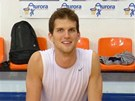 Nymburský basketbalista Lukáš Palyza se protahuje po tréninku,