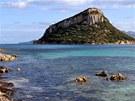 Ostrov Figarolo u severovýchodního pobřeží Sardinie